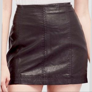 💋 (NWOT) FREE PEOPLE Faux-Leather Mini Skirt